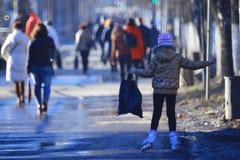"""Vologda, RUSLAND †""""10 MAART: menigte van mensen op de straat, voetgangers op 10 Maart, 2014 Stock Afbeelding"""
