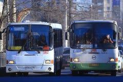 """Vologda, RUSLAND †""""10 MAART: openbaar vervoerbussen op 10 Maart, 2014 Stock Foto's"""