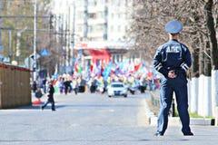 """Vologda, RUSLAND †""""1 MEI: Meidagdemonstratie en mensen op de straat in Vologda op 1 Mei, 2014 Royalty-vrije Stock Afbeelding"""