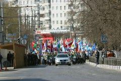 """Vologda, RUSLAND †""""1 MEI: Meidagdemonstratie en mensen op de straat in Vologda op 1 Mei, 2014 Royalty-vrije Stock Foto"""