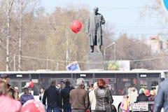 """Vologda, RUSLAND †""""1 MEI: Meidagdemonstratie en mensen op de straat in Vologda op 1 Mei, 2014, in Vologda Stock Afbeeldingen"""