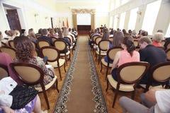 """Vologda RYSSLAND †""""JUNI 6: Lönande unga professionell i administrationen av Vologda JUNI 6, 2014, arkivfoton"""