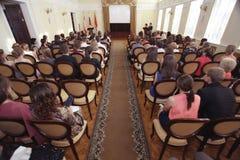 """Vologda RYSSLAND †""""JUNI 6: Lönande unga professionell i administrationen av Vologda JUNI 6, 2014 royaltyfri foto"""