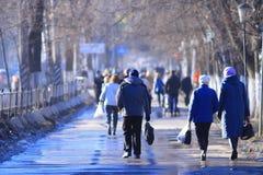 Vologda RYSSLAND —MARS 10: folkmassa av folk på gatan, gångare på mars 10, 2014 Arkivfoto