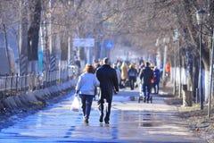 Vologda RYSSLAND —MARS 10: folkmassa av folk på gatan, gångare på mars 10, 2014 Fotografering för Bildbyråer