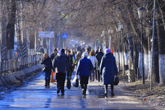 Vologda RYSSLAND —MARS 10: folkmassa av folk på gatan, gångare på mars 10, 2014 Arkivfoton