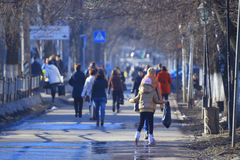 Vologda RYSSLAND —MARS 10: folkmassa av folk på gatan, gångare på mars 10, 2014 Arkivbild