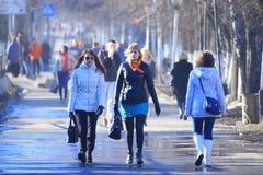 Vologda RYSSLAND —MARS 10: folkmassa av folk på gatan, gångare på mars 10, 2014 Royaltyfri Bild