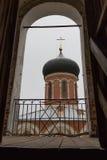 Volokolamsk der Kreml, Russland Ansicht des Tempels vom Glockenturm Stockfotografie
