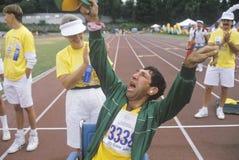 Volontär glädjande med den handikappade idrottsman nenen royaltyfri fotografi