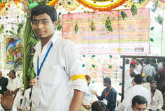 Volontär inom en hinduisk tempel, Indien Royaltyfri Foto