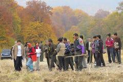 volontärer är klara att plantera några träd Arkivbilder