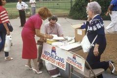 Volontärer som fungerar för republikansk registrering Arkivfoto