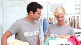 Volontärvänner som rymmer donationaskar stock video
