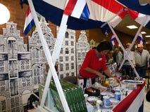 Volontaire au bazar néerlandais Images libres de droits