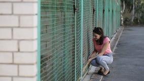 Volontaire de fille dans la crèche pour des chiens Abri pour les crabots parasites clips vidéos