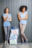 Volontaires avec les déchets assortis Images libres de droits