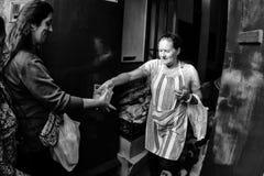 Volontaires distribuant la nourriture de base Images libres de droits