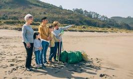 Volontaires posant apr?s nettoyage de la plage images libres de droits