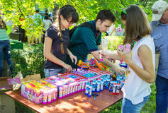 Volontaires préparant des présents pour des enfants Photographie stock libre de droits