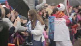 Volontaires promenade, porteur de flambeau d'étreinte sur la route Course de relais de flamme olympique de Sotchi dans le St Pete clips vidéos