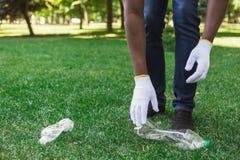 Volontaires rassemblant les bouteilles en plastique recyclables en parc images stock