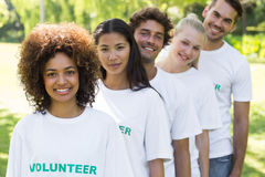 Volontaires se tenant dans une ligne Images libres de droits