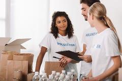 Volontari che lavorano insieme Immagini Stock
