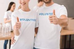 Volontari che mostrano pollice su Immagini Stock Libere da Diritti