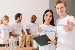 Volontari che mostrano pollice su Fotografie Stock