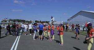 Volontari davanti a calcio archivi video