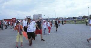 Volontari davanti a calcio stock footage