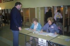 Volontari di elezione che aiutano gli elettori fotografie stock