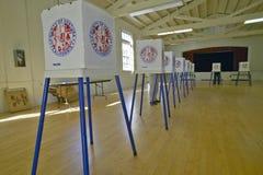 Volontari di elezione e cabine di voto in un collegio elettorale, CA fotografia stock libera da diritti