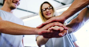 Volontari felici che fanno la pila della mano