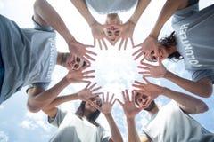 Volontari felici che giocano con le loro mani fotografia stock
