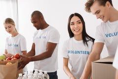 Volontari multietnici che lavorano insieme Fotografie Stock Libere da Diritti