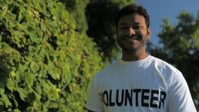 Volontario allegro che gode del tempo soleggiato archivi video