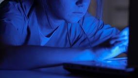 Volontario femminile che lavora al computer portatile in ospedale, dati di riempimento nelle carte dei pazienti stock footage