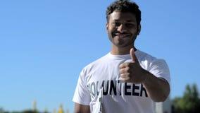 Volontario votato allegro che sfoglia su stock footage