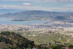 Volos stadssikt från den Pelion monteringen, Grekland Royaltyfria Bilder