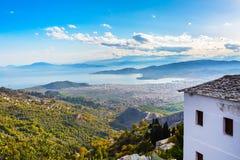 Volos stadssikt från den Pelion monteringen, Grekland Arkivbilder
