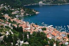 Volosko-Bucht und das cristal blaue adriatisches Seeluftbild in Kroatien Stockfotografie