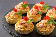 Volován festivo del aperitivo con la ensalada de pollo, pimienta dulce, imagen de archivo libre de regalías