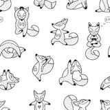 Volpi disegnate a mano in bianco e nero che fanno il modello senza cuciture di yoga Fotografia Stock Libera da Diritti