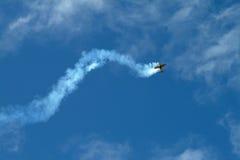 Vols acrobatiques d'avion d'air Photographie stock libre de droits