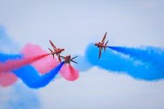 Vols acrobatiques rouges de flèches Image stock