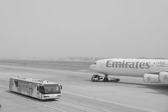 Vols d'émirats à l'aéroport de Dubaï Images libres de droits
