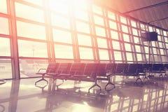 Vols de réserve indiqués à l'aéroport au coucher du soleil Images libres de droits