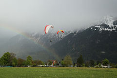Vols tandem de parapentisme au-dessus des Alpes suisses Photographie stock libre de droits